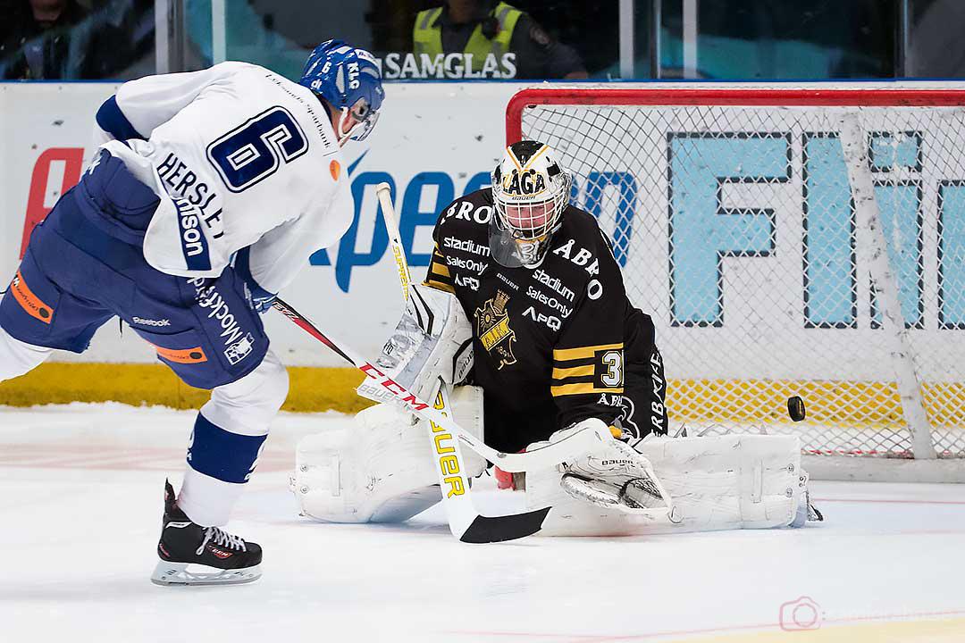 AIK målvakt Daniel Larsson räddar straff av Leksand Patrik Hersley,