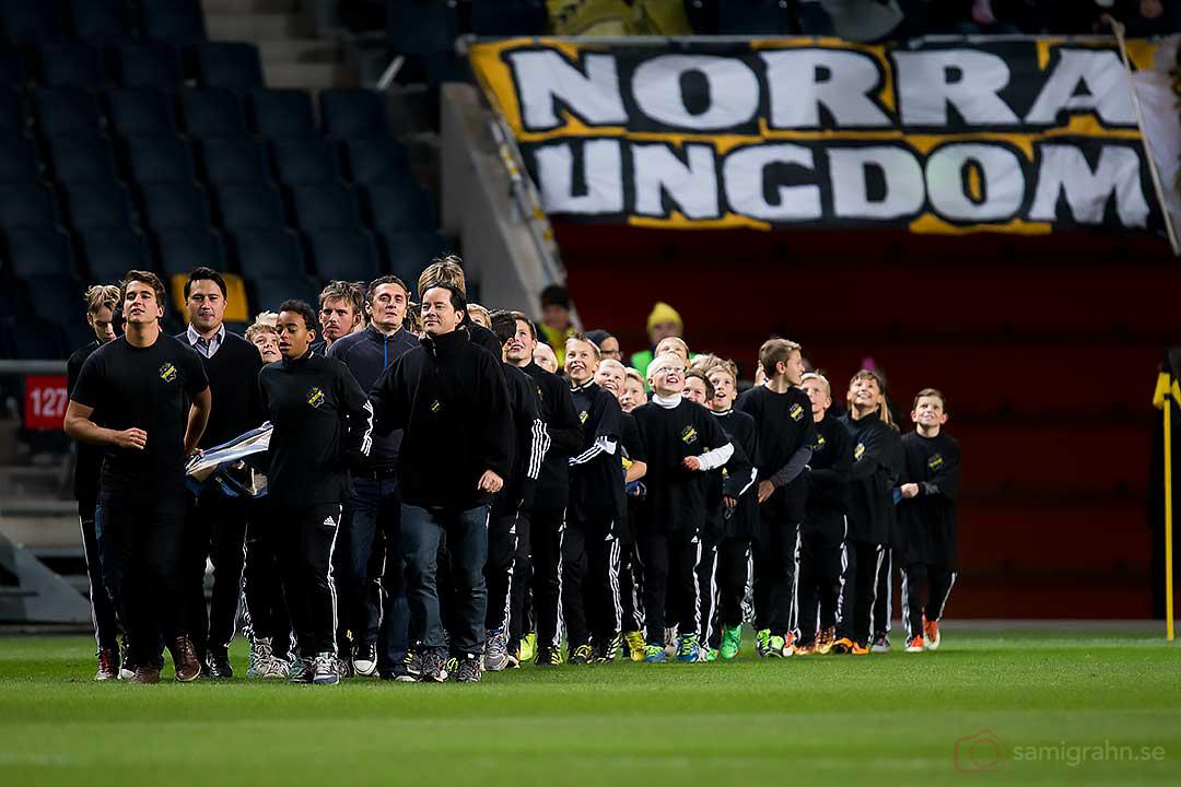 AIK-ungdomar bär in AIK-flaggan före spelarpresentationen
