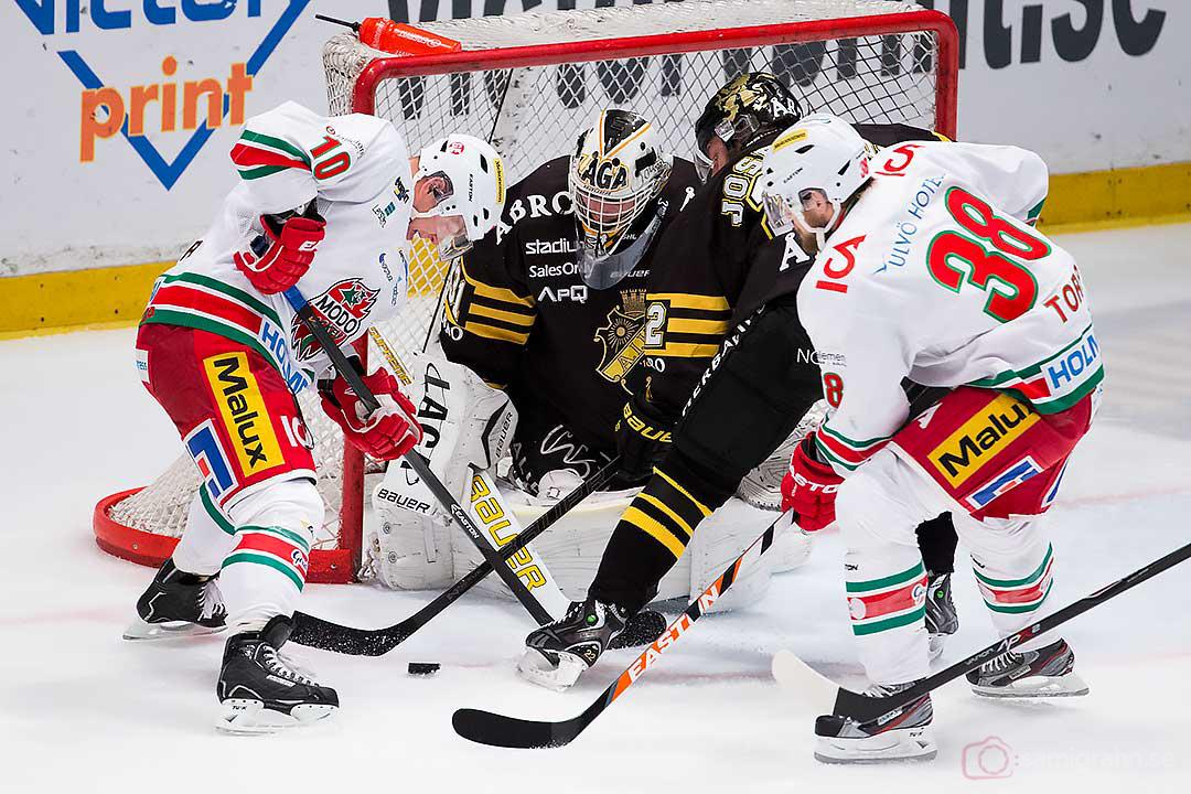 Modo Per-Åge Skröder och Nichlas Torp bökar framför AIK målvakt Daniel Larsson