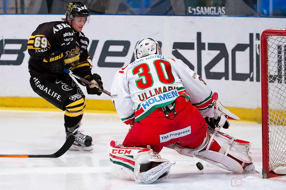 AIK Marcus Nilsson lyckas inte överlista Modo målvakt Linus Ullmark
