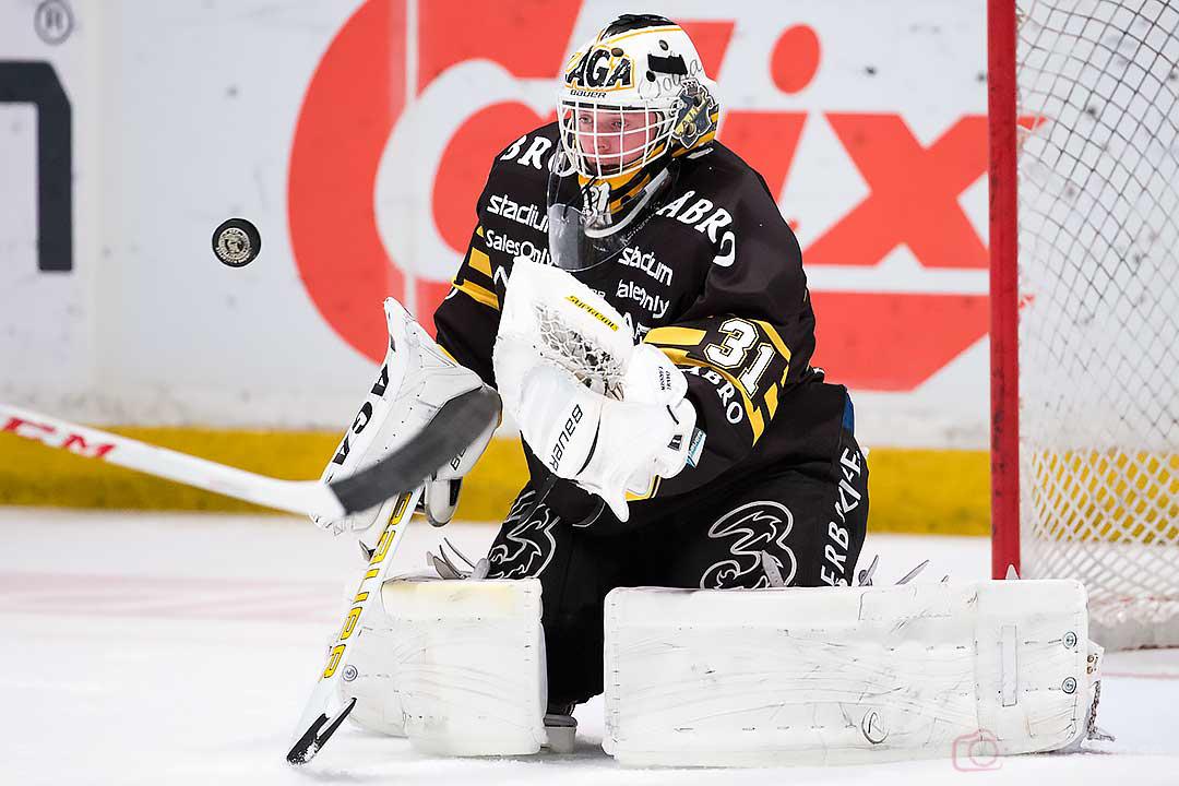 AIK målvakt Daniel Larsson fångar pucken