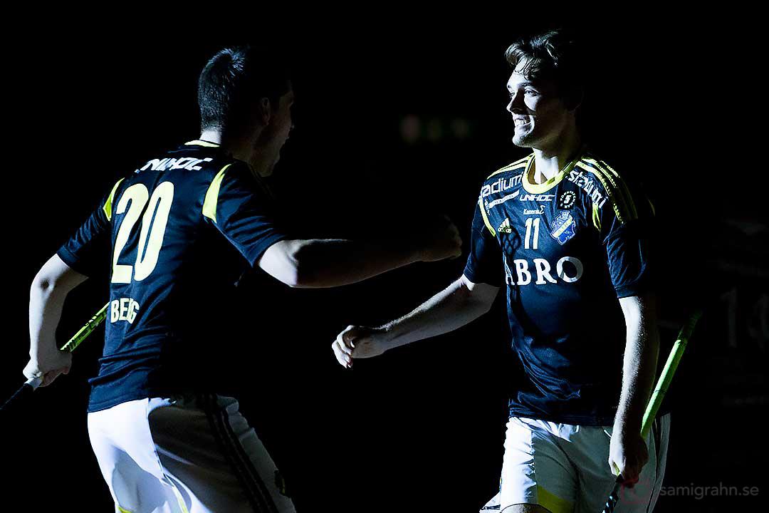 AIK Simon Jirebeck (till höger) gratuleras av Fredrik Berg