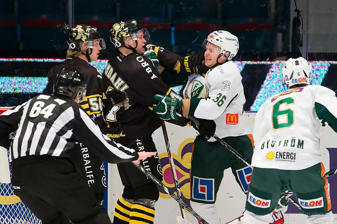 Slagsmål mellan AIK Patric Blomdahl och Färjestad David Liffiton