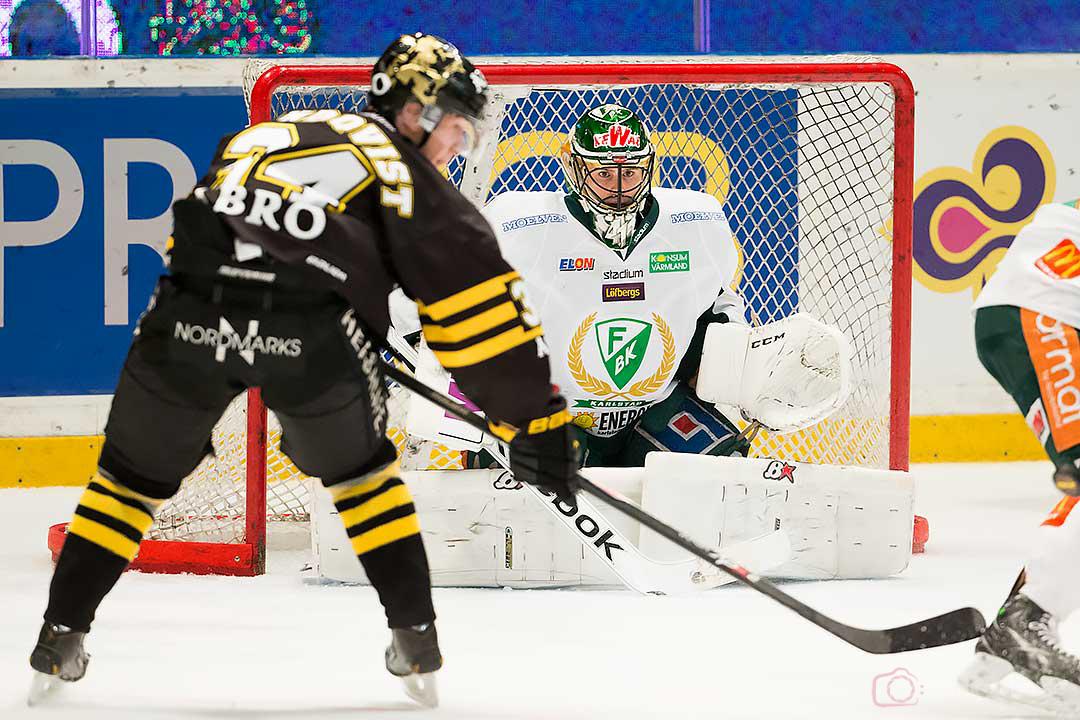 AIK Patric Blomdahl utmanar Färjestad målvakt Daniel Danny Taylor