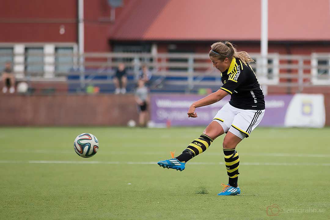 AIK Filippa Angeldahl skjuter iväg bollen som går i mål, AIK:s första den här säsongen på hemmaplan