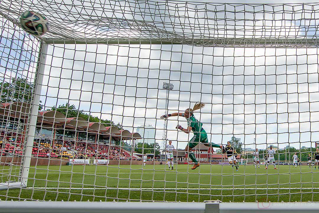 AIK Filippa Angeldahl gör mål bakom Piteå målvakt Hilda Carlén, AIK:s första den här säsongen på hemmaplan