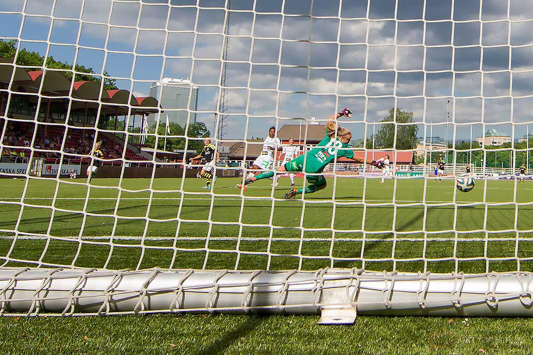 Mål av AIK Sarah Storck bakom Piteå målvakt Hilda Carlén