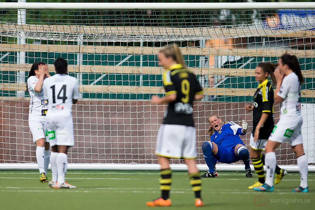 AIK målvakt Hilde Gunn Olsen (i blått) jublar åt straffmissen av Piteå Josefin Johansson (längst till vänster)