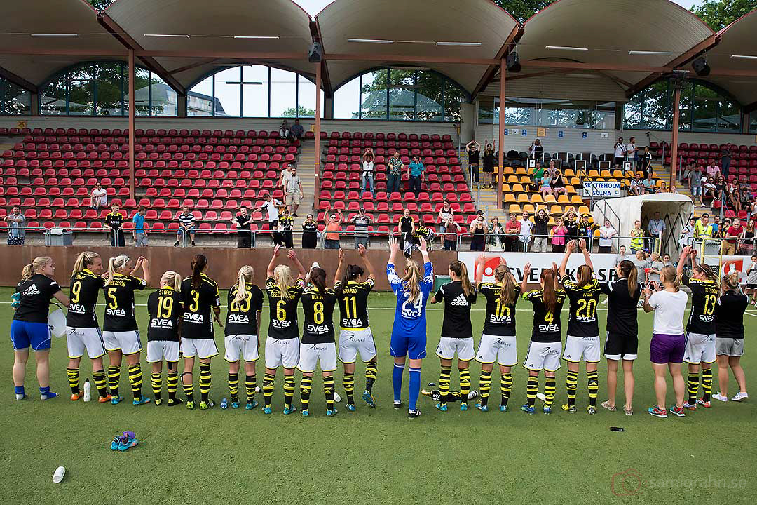 AIK tackar de tappra supportrarna på läktaren för stödet vid första vinsten hemma på Skytteholms IP