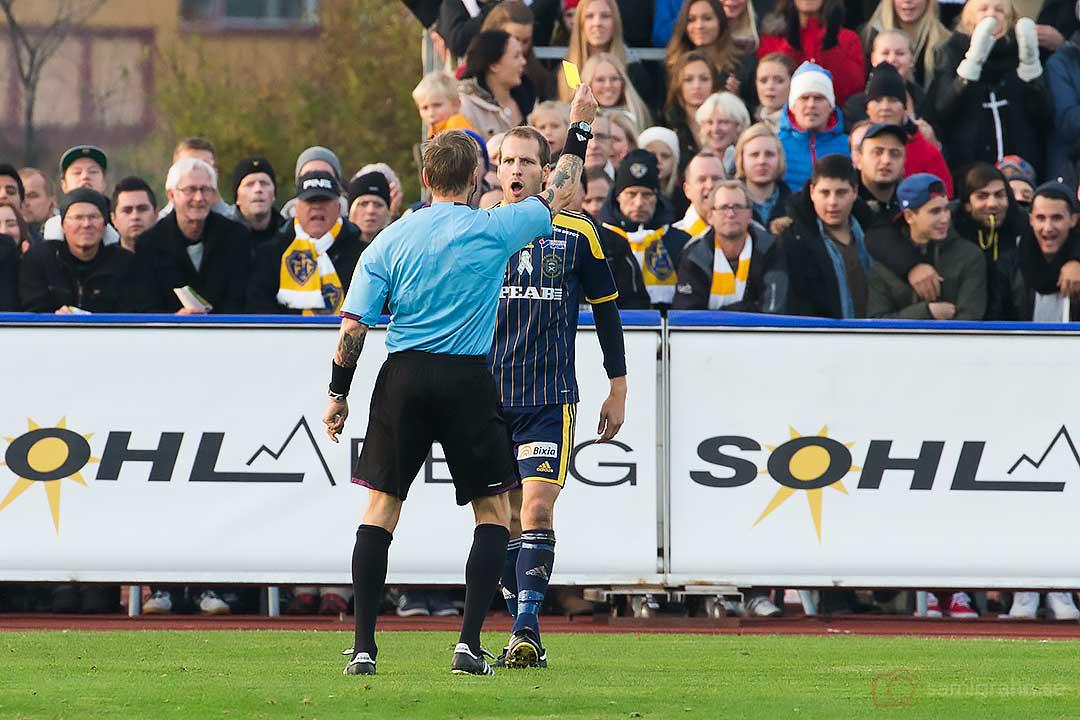Ängelholm Mikael Dahlgren får gult kort avdomare Lars Olssonframför FFF-klacken