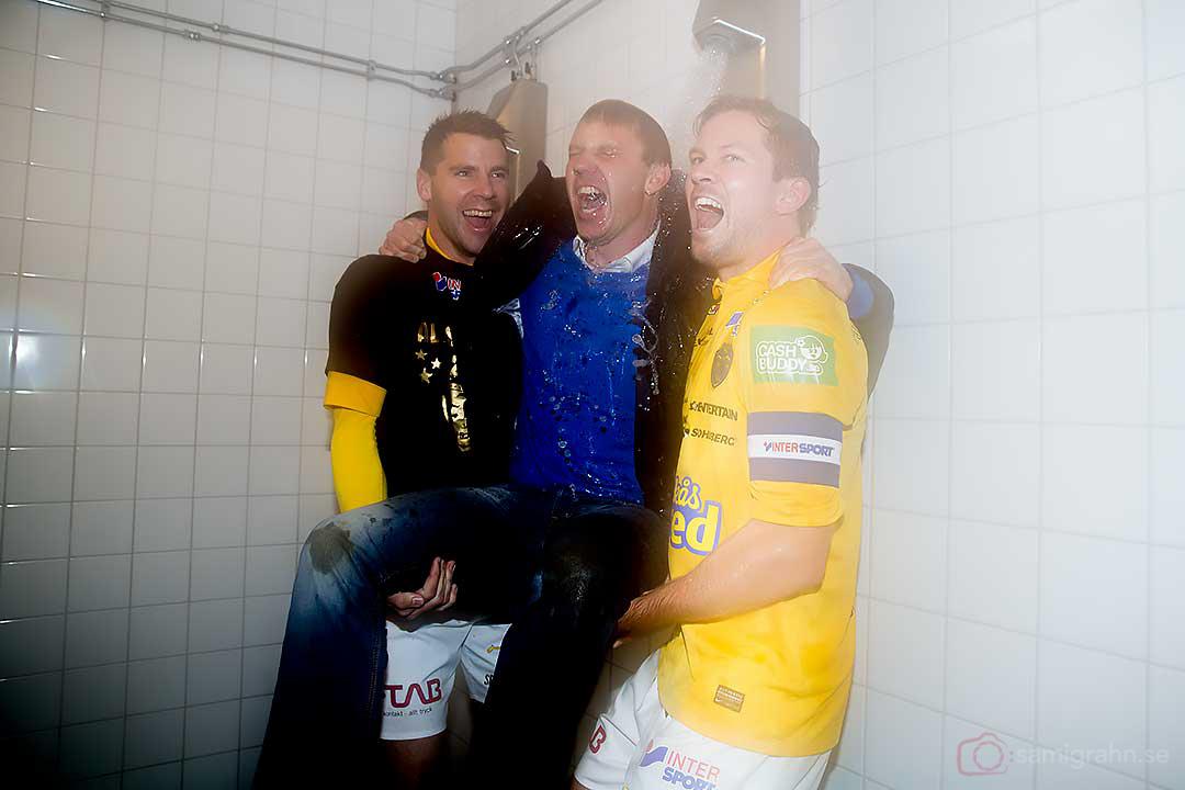 Falkenberg tränare Hasse Eklund får en varm dusch