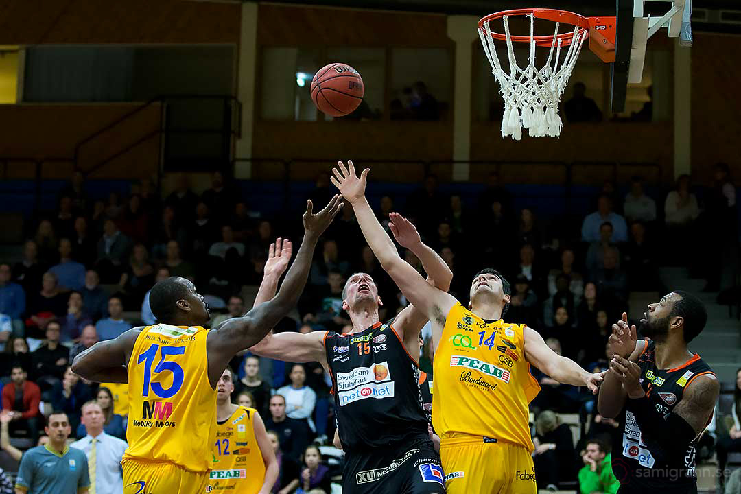 Vikings Taj McCullough och Stavros Toutziarakis försvarar sig mot Borås Mike Palm