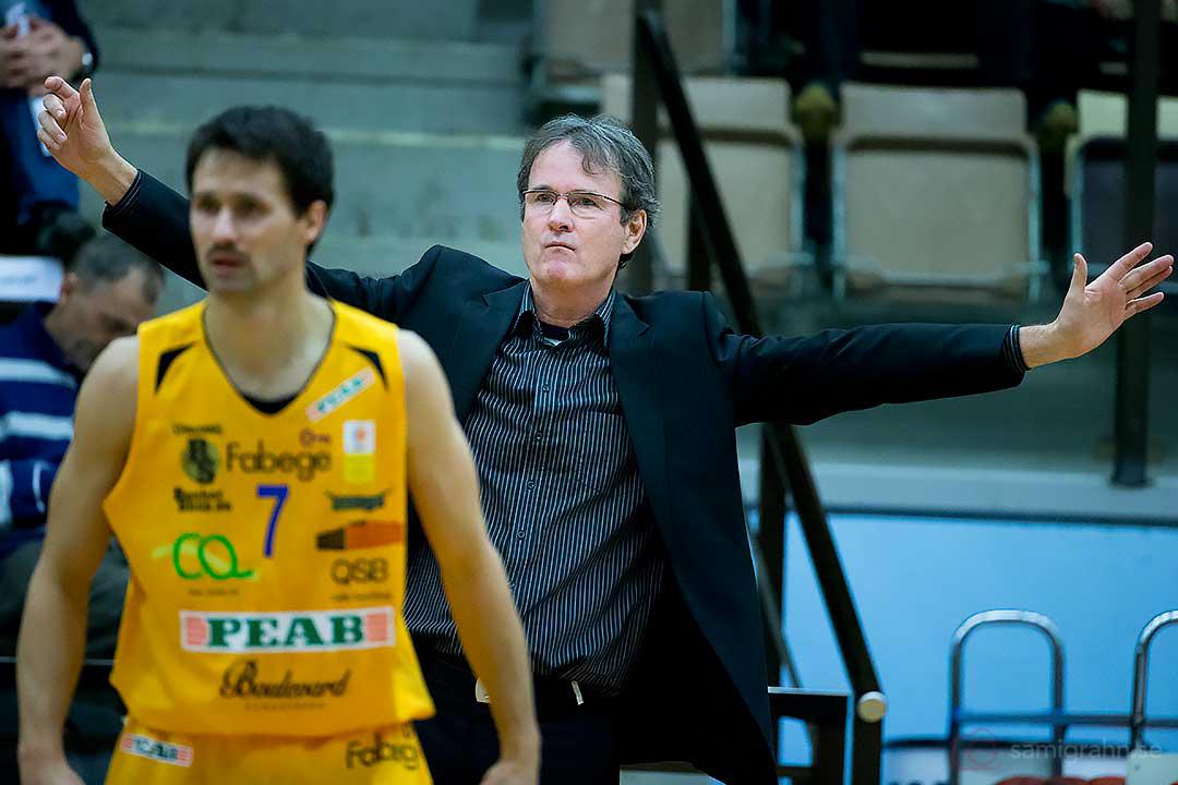 Vikings Mats Levin vänder ryggen mot en vilt fäktande Borås coach Pat Ryan