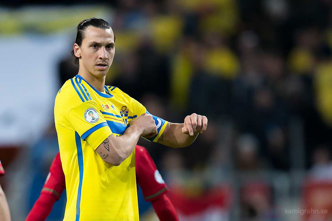 Sverige Zlatan Ibrahimović rättar till kaptensbindeln