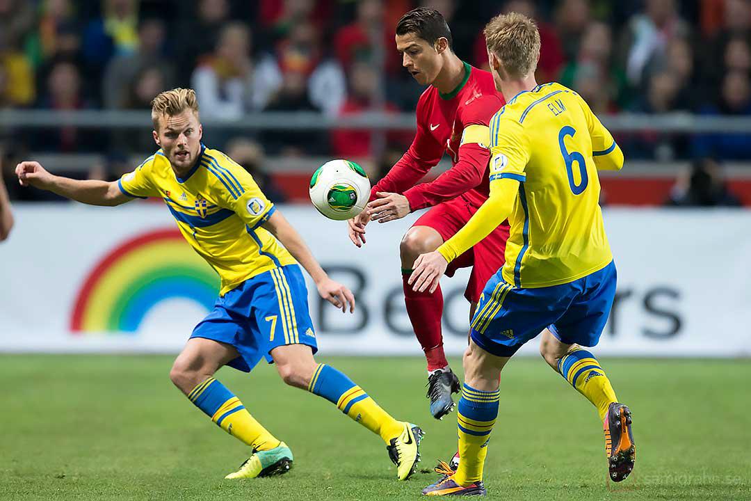 Sverige Sebastian Larsson och Rasmus Elm betraktar Portugal Cristiano Ronaldo