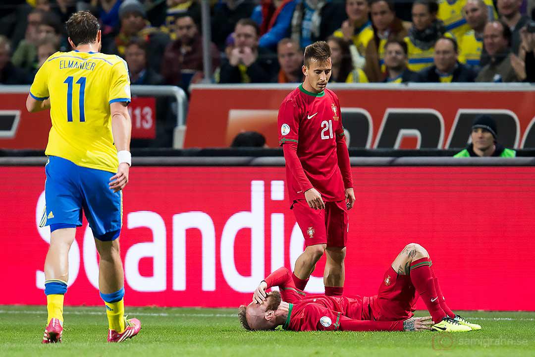 Sverige Johan Elmander går mot Portugal João Pereira och Raul Meireles