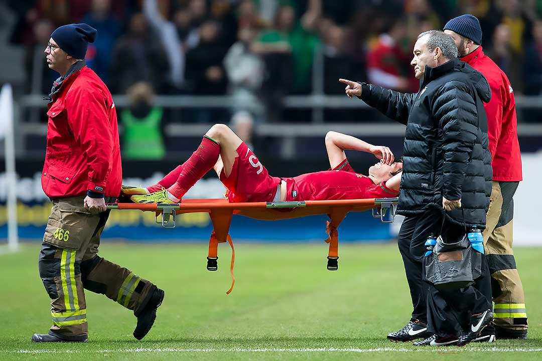Portugal Fábio Coentrão bärs skadad ut på bår
