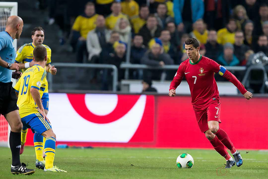 Portugal Cristiano Ronaldo med boll mot Sverige Alexander Kacaniklic