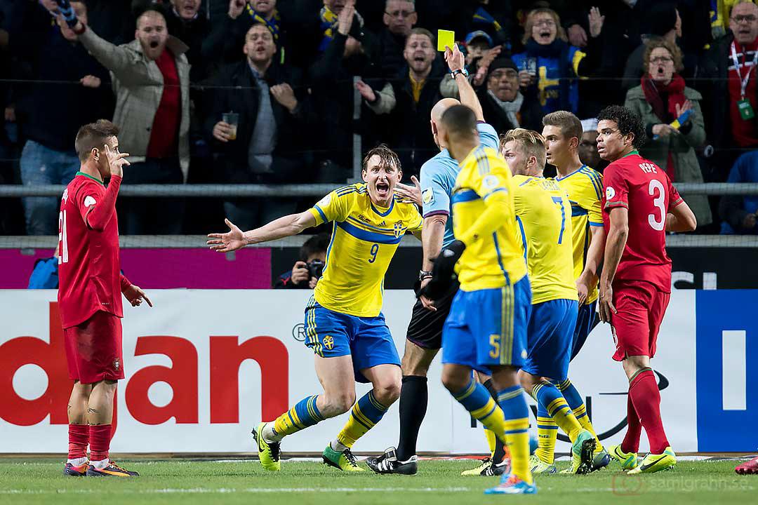 Sverige Kim Källström förundras över gula kortet av domare Howard Webb