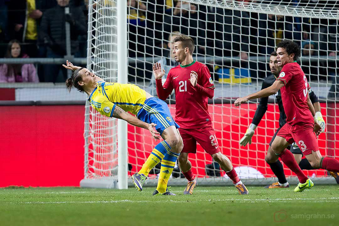 Sverige Zlatan Ibrahimović knuffas omkull av Portugal João Pereira