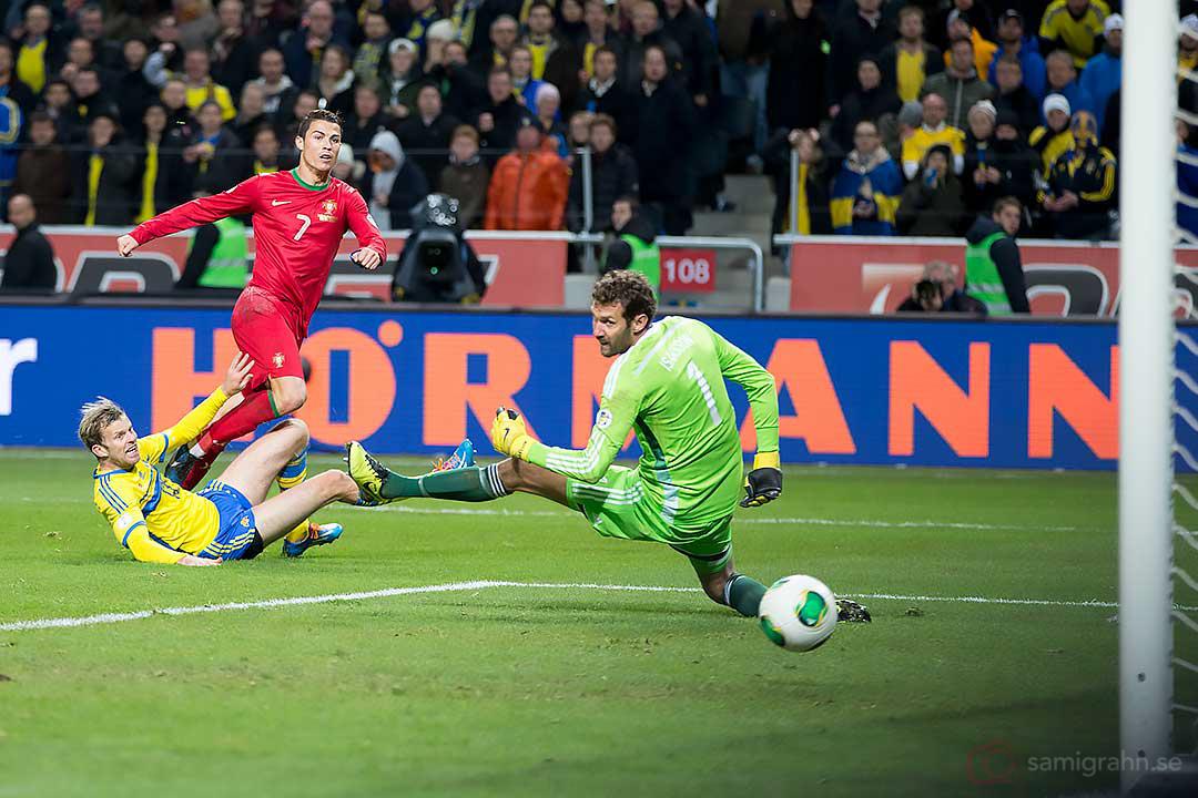 Portugal Cristiano Ronaldo gör här ett av sina tre mål bakom Sverige Andreas Isaksson