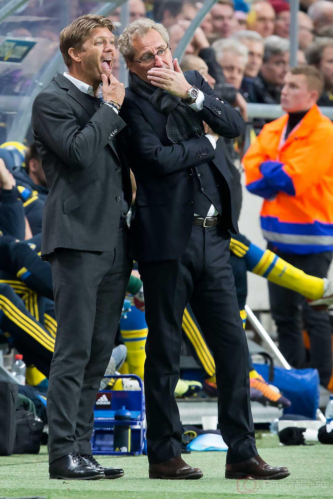 Sweden förbundskapten Erik Hamrén viskar till Marcus Allbäck