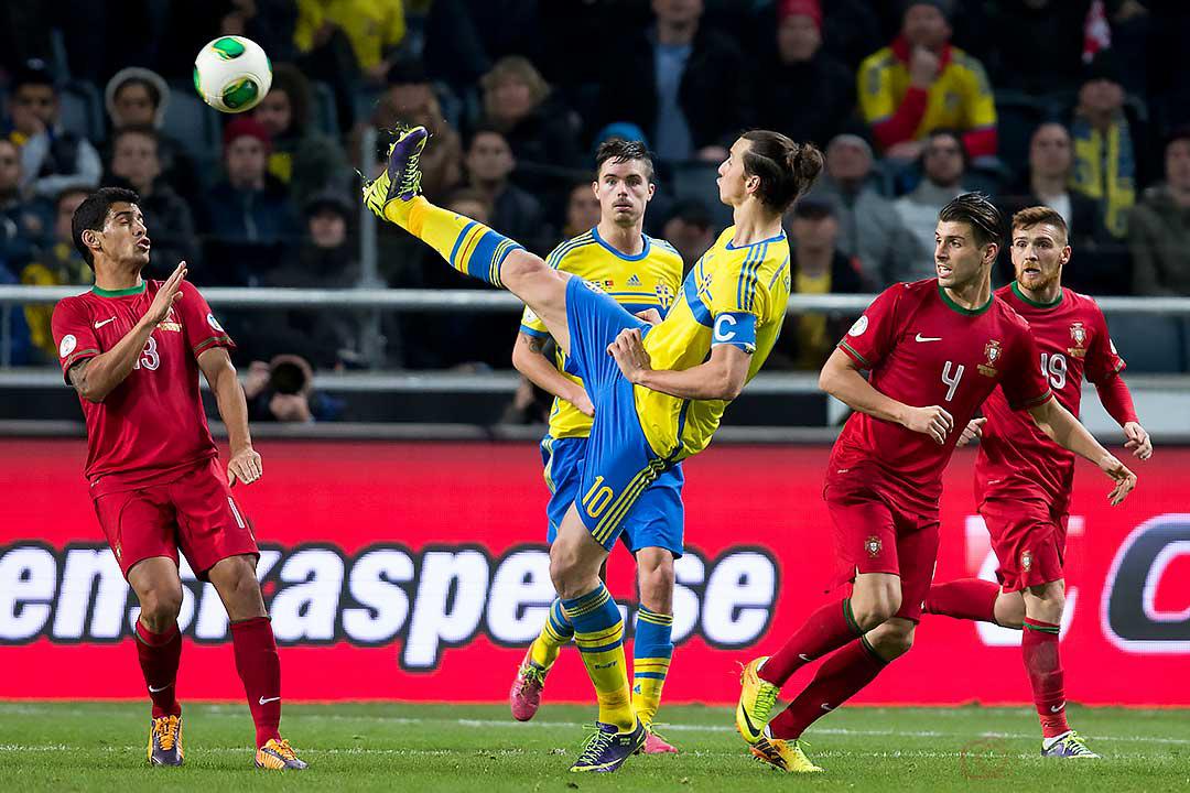 Sverige Zlatan Ibrahimovic sparkar högt vid Portugal Ricardo Costa