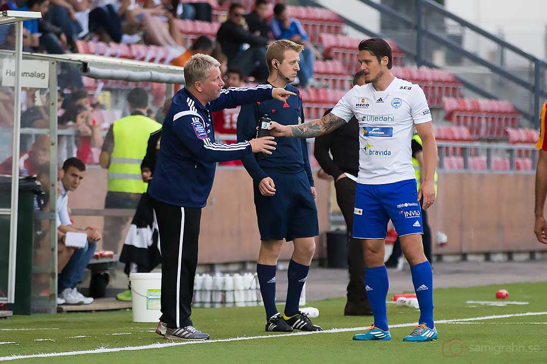 Värnamo tränare Jörgen Petersson ger instruktioner till Pär Cederquist