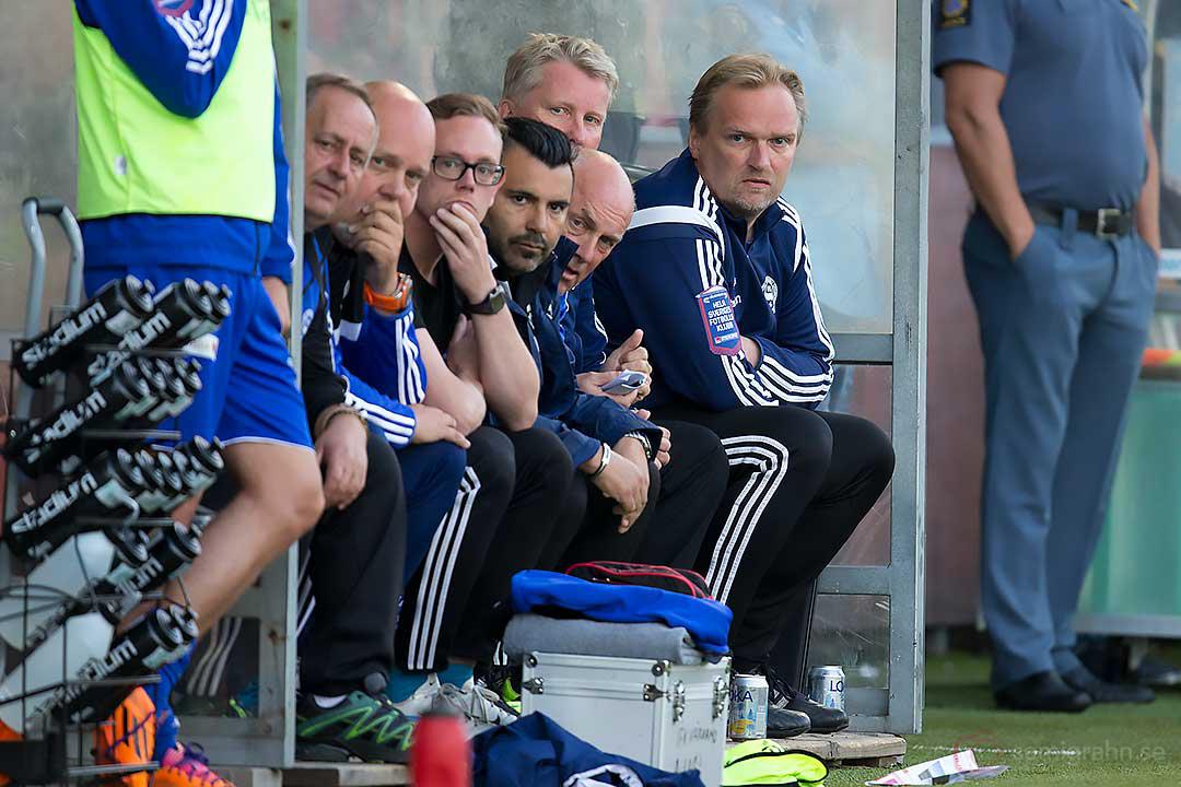 Värnamos bänk med tränare Jörgen Petersson längst till höger