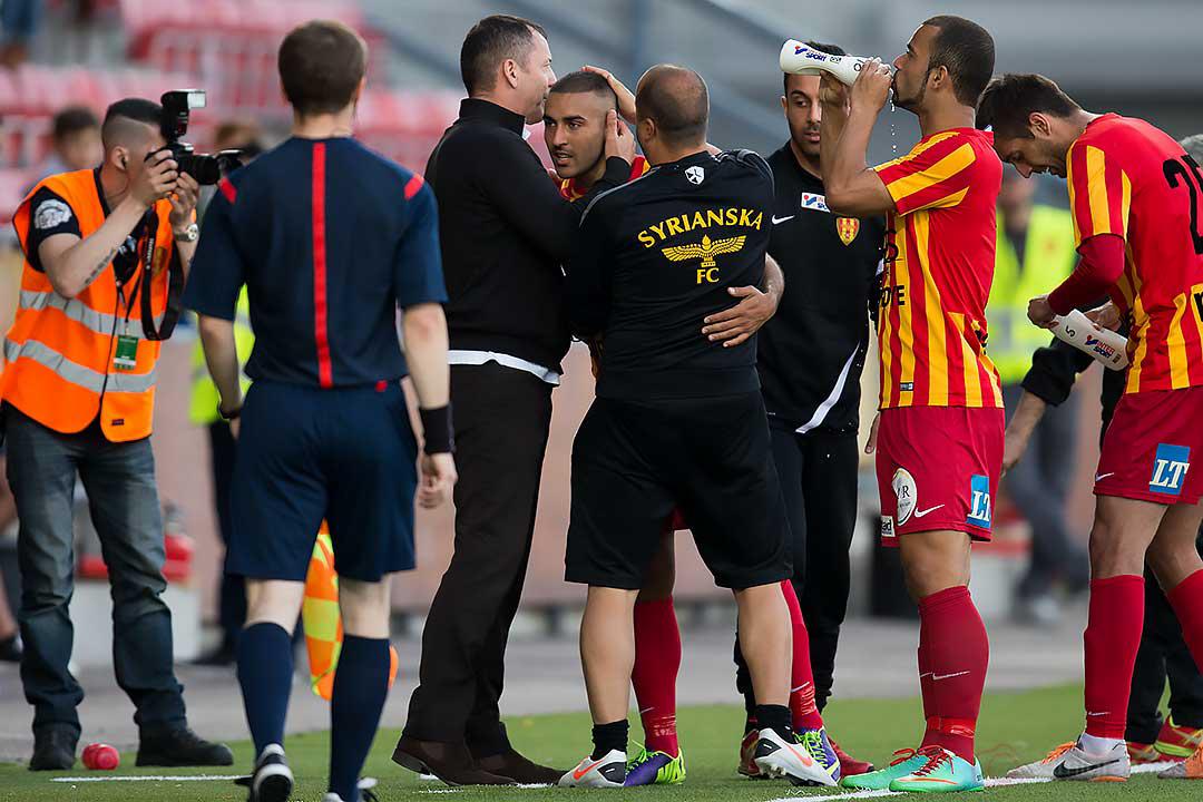 Syrianskas tvåmålsskytt Saman Ghoddos kramas om av tränare Zvezdan Milosevic