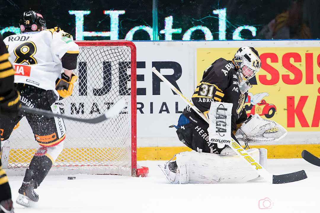 AIK målvakt Daniel Larsson släppte in fem, här ett av Brynäs Andreas Thuresson