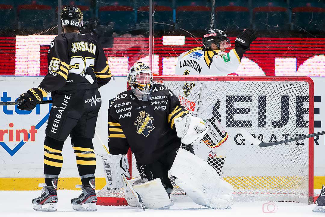 AIK målvakt Daniel Larsson släpper in ytterligare ett mål, här av Brynäs Sebastian Lauritzen