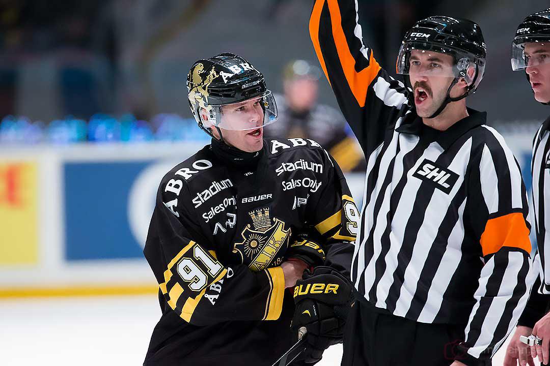 AIK Björn Melin vill prata med domare Linus Öhlund