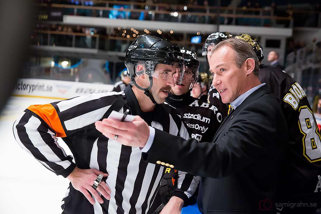 Domare Linus Öhlund lyssnar på AIK tränare Rikard Franzén