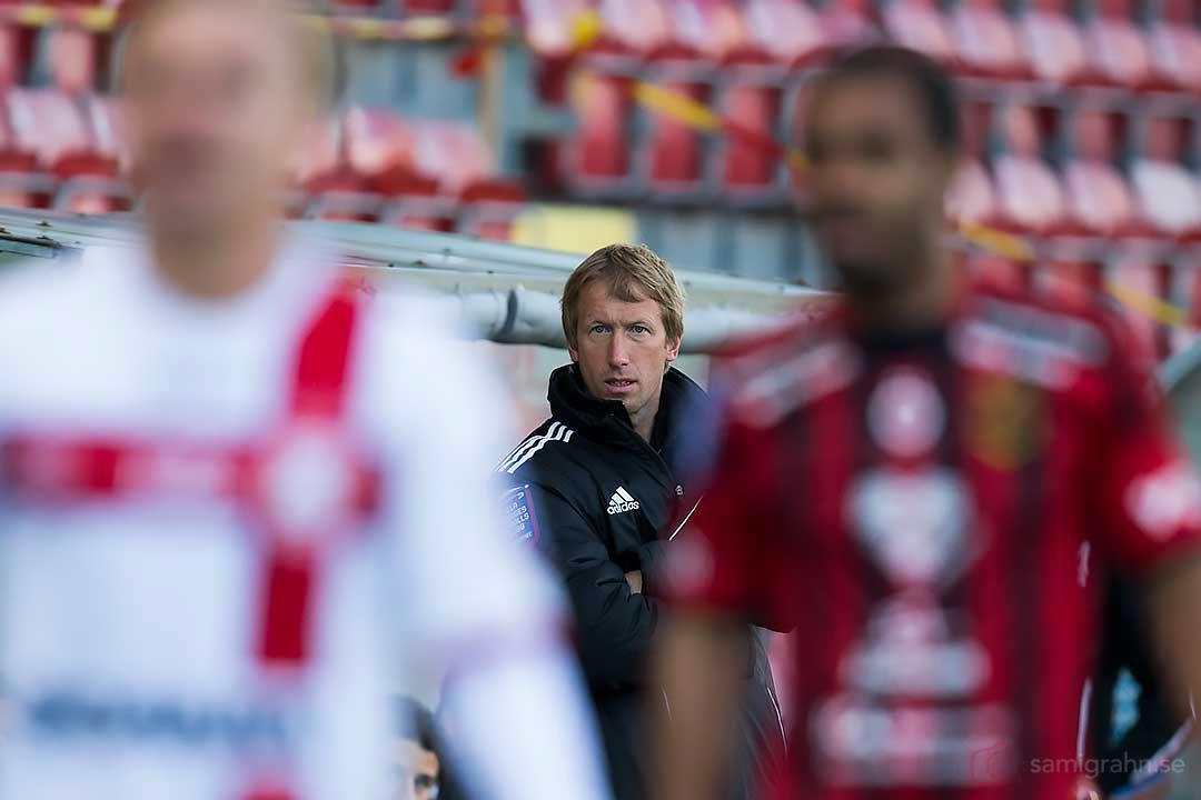 Östersund tränare Graham Potter kikar fram
