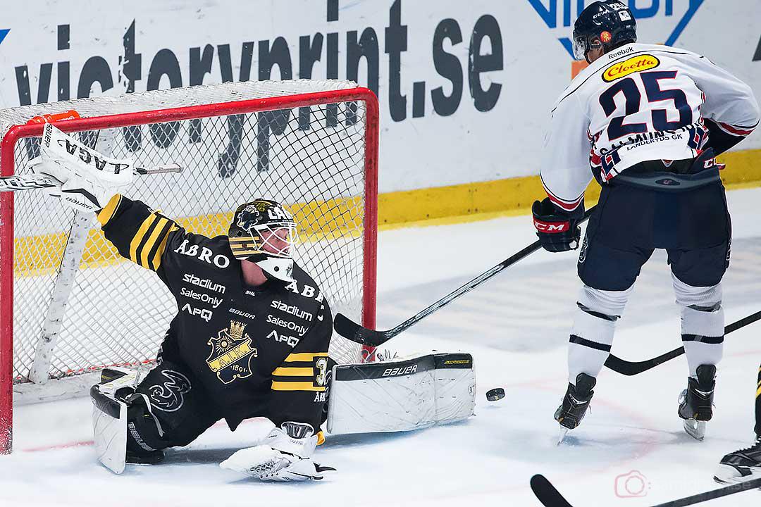 AIK målvakt Alexander Hamberg räddar skott från Linköping Johannes Salmonsson