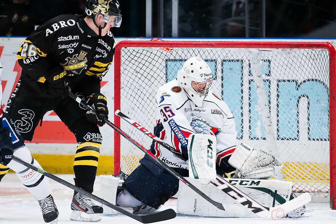 AIK Mattias Janmark Nylén reducerar till 1-2 under Linköping målvakt Iiro Tarkki