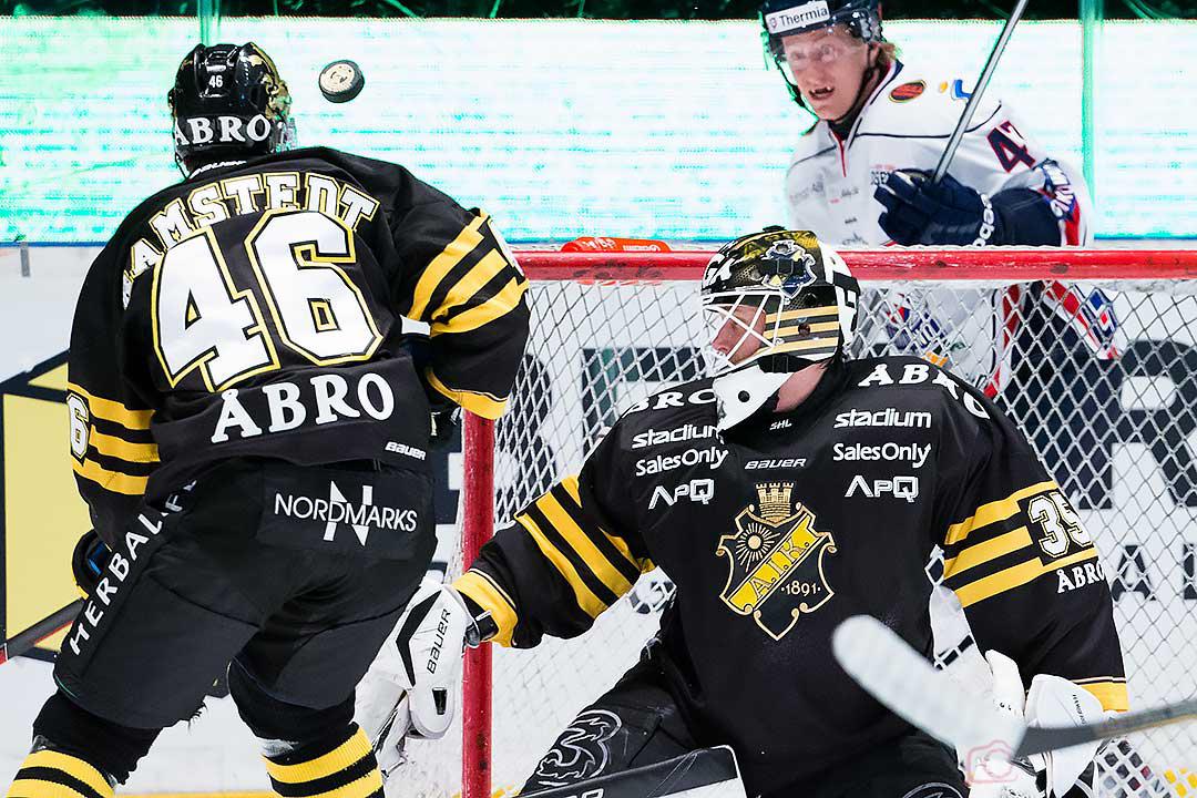 AIK Teemu Ramstedt, målvakt Alexander Hamberg och Linköping Oscar Sundh följer pucken