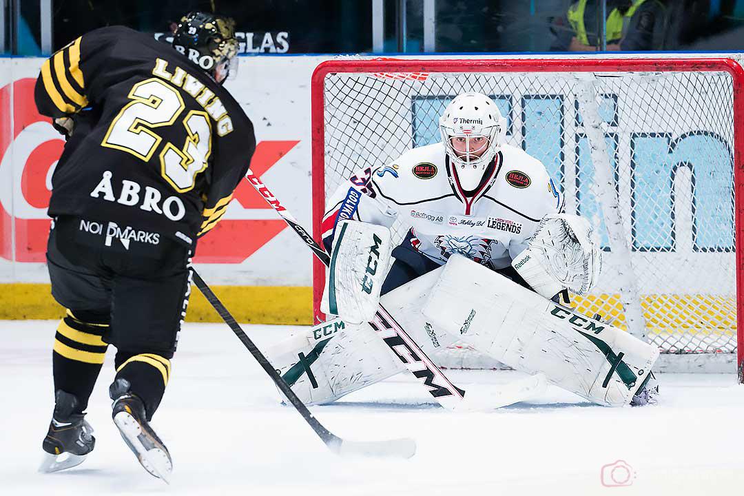 AIK Jonas Liwing utmanar Linköping målvakt Iiro Tarkki