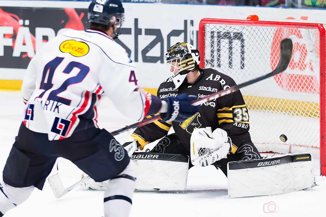 Linköping Chad Kolarik gör mål på AIK målvakt Alexander Hamberg