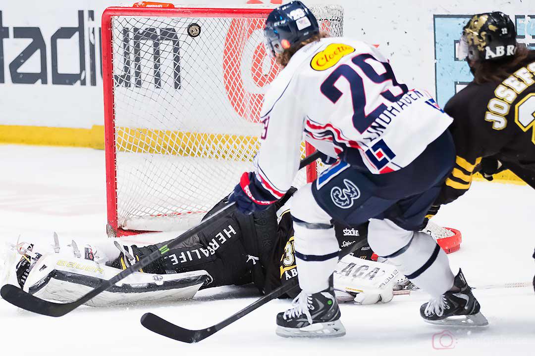 Linköping Erik Lindhagen gör mål bakom AIK målvakt Alexander Hamberg
