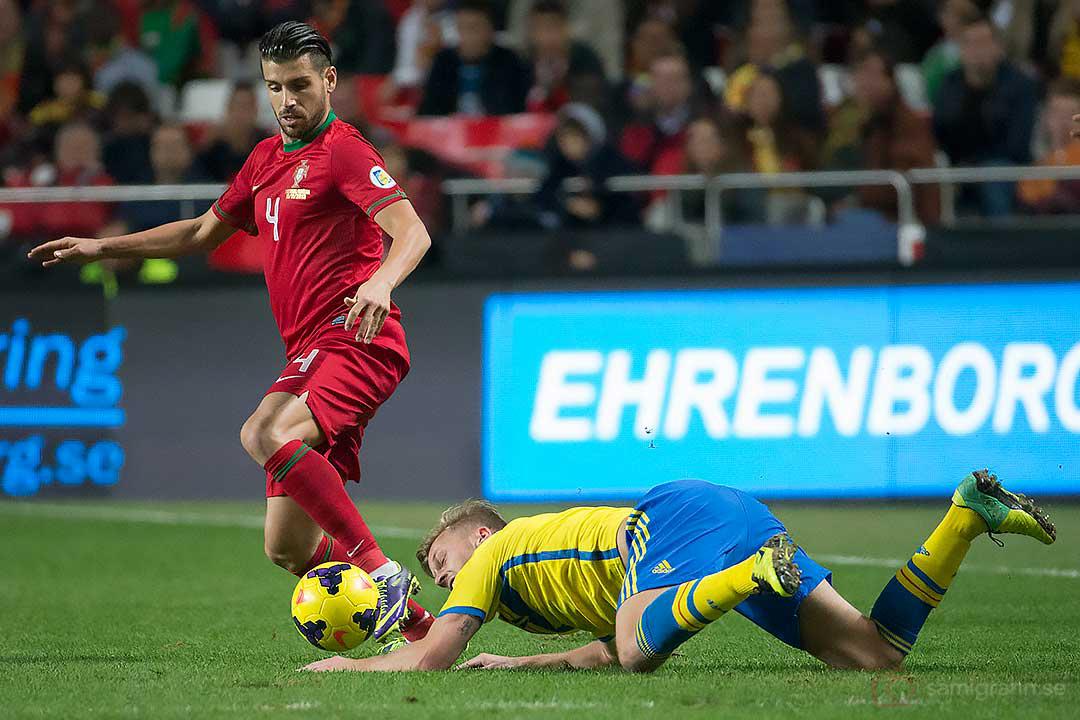 Portugal Miguel Veloso lämnar en liggande Sverige Sebastian Larsson