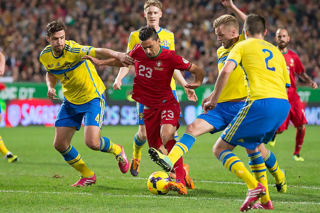 Sverige Per Nilsson, Rasmus Elm, Sebastian Larsson och Mikael Lustig försöker stoppa Portugal Hélder Postiga