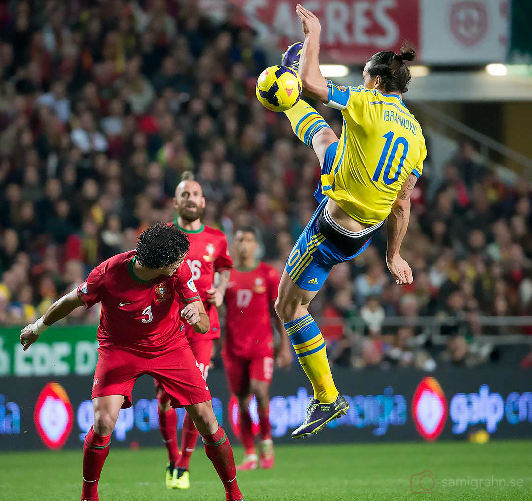 Portugal Pepe duckar för hoppande Sverige Zlatan Ibrahimović