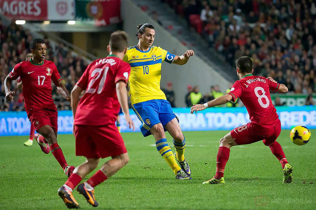 Sverige Zlatan Ibrahimović bevakas av Portugal Nani, João Pereira och João Moutinho