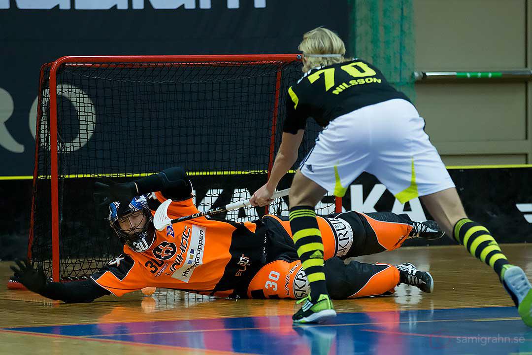 Växjö målvakt Pascal Meier släpper in mål av AIK Kim Nilsson