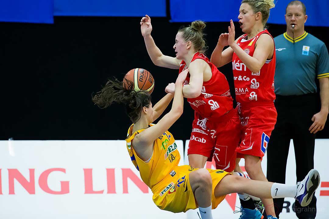 Vikings Katarina Milenkovic faller för Sallén Helena Kjellgren