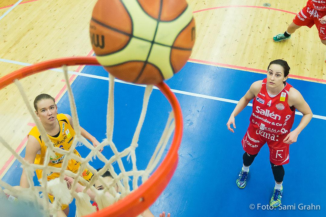 Solna Vikings Julia Paulin till vänster och Sallén Baskets Jovana Vidakovic till höger ser vart bollen tar vägen i Solnahallen den 4 mars 2015