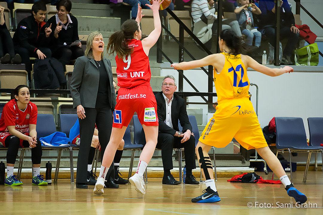 Sallén coach Sonja Entzenberg är tillfälligt assisterad av sittande Kelly Grant som i sin tur ser på när dottern Jessica Grant och Vikings Katarina Milenkovic fajtas om bollen under matchen i Solnahallen den 4 mars 2015