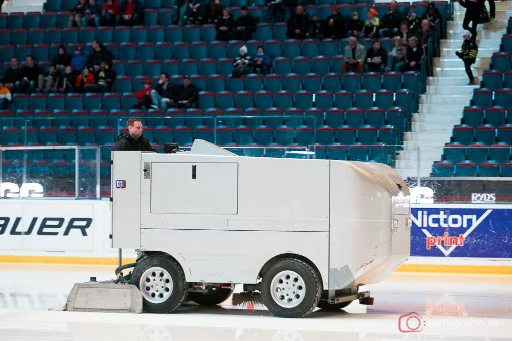 Zamboni ismaskin spolar isen inför matchen i Kvalserien till HockeyAllsvenskan mellan AIK och Tingsryd på Hovet i Stockholm den 2 april 2015